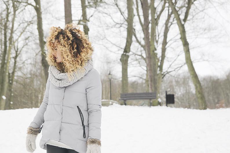 pielęgnacja kręconych włosów zimą