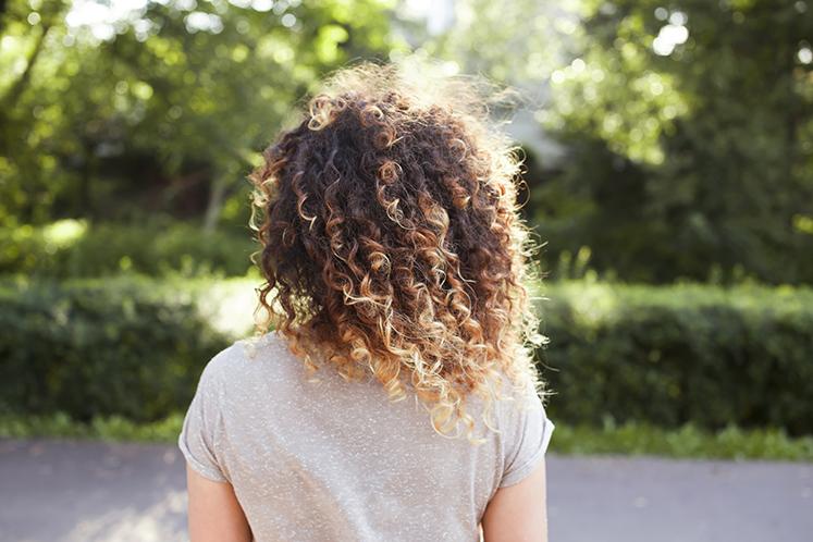 Ograniczenie puchu przy kręconych włosach